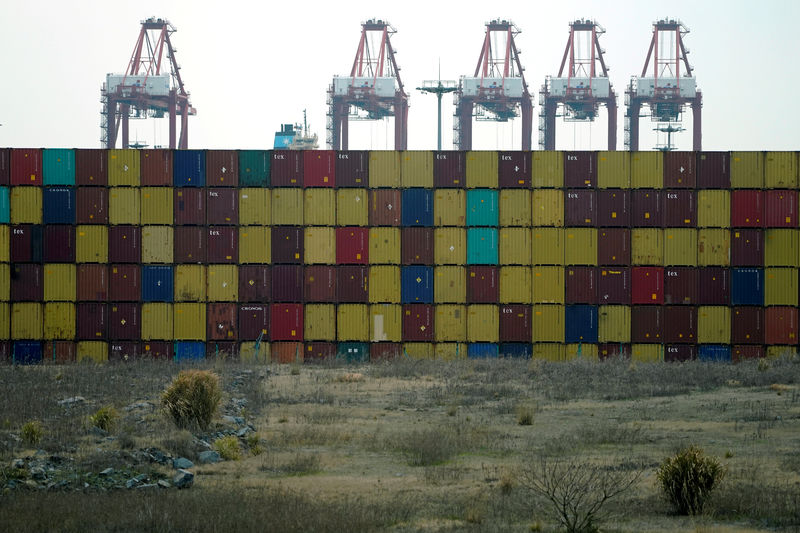 © Reuters. Containers are seen at the Yangshan Deep Water Port, part of the Shanghai Free Trade Zone, in Shanghai