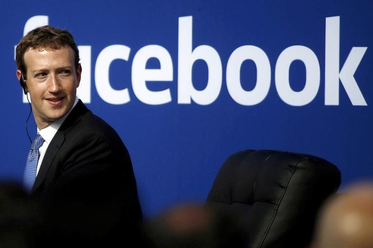 © Reuters. Las acciones de Facebook suben después de que Zuckerberg haya calmado a inversores