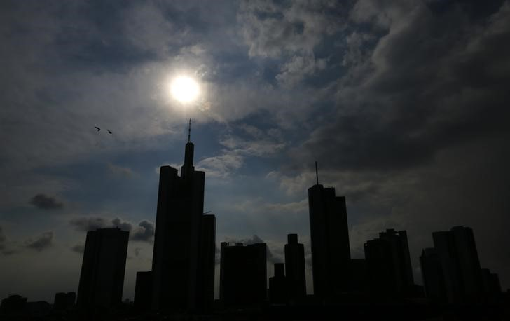 © Reuters. The skyline with its characteristic banking towers are silhouetted in downtown Frankfurt