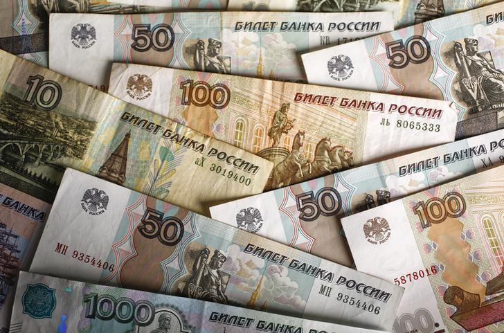 © Reuters. Российские банкноты разного достоинства
