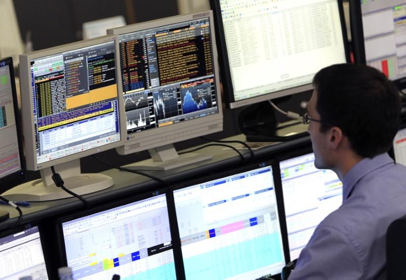 © Reuters. Un trader di Unicredit al lavoro a Milano