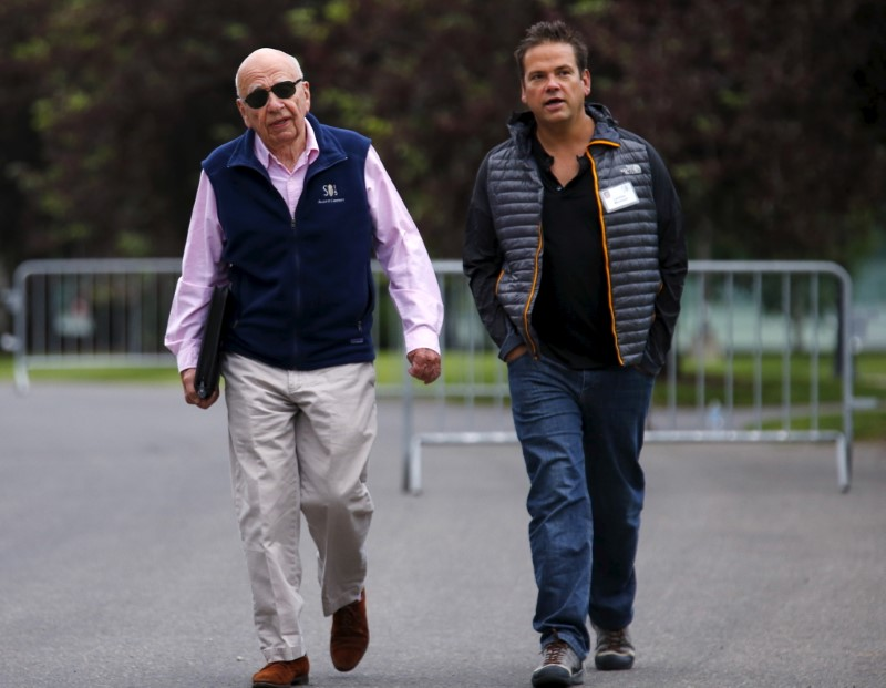 © Reuters. 21st Century Fox Executive Co-Chairmen Rupert and Lachlan Murdoch attend the first day of the annual Allen and Co. media conference in Sun Valley