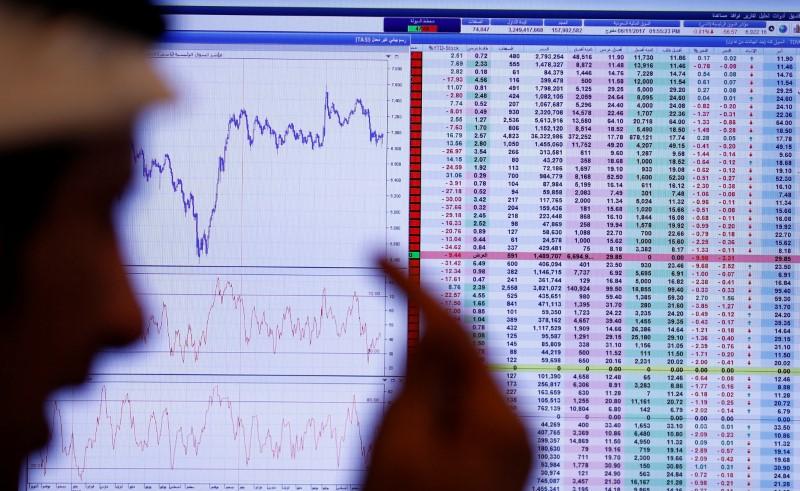 © Reuters. أسهم البنك الأول تقفز في السعودية، والتوترات السياسية تضغط على بورصات الخليج