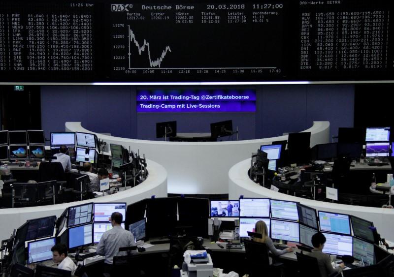 © Reuters. المخاطر السياسية تضر بورصة ميلانو وضعف اليورو يدعم الأسهم الأوروبية