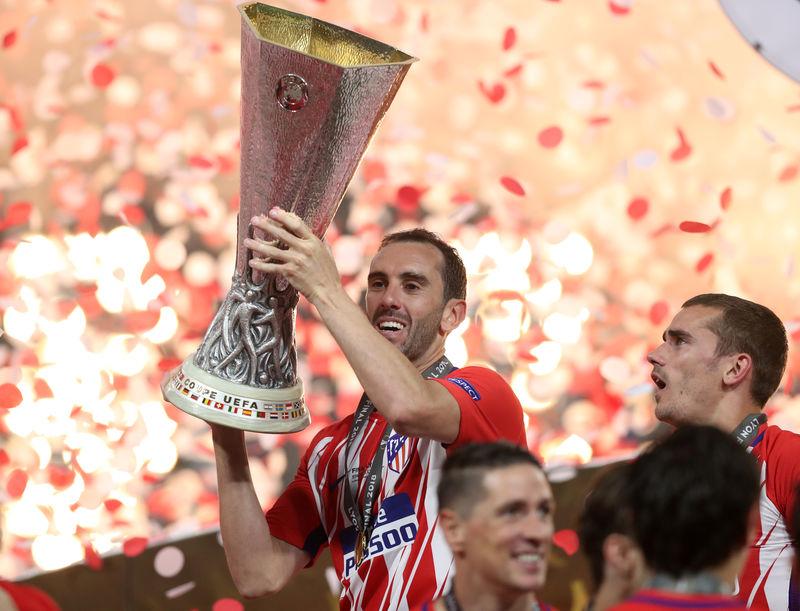 © Reuters. Foto del miércoles de Diego Godín, del Atletico Madrid, levantando el trofeo de la Liga Europa