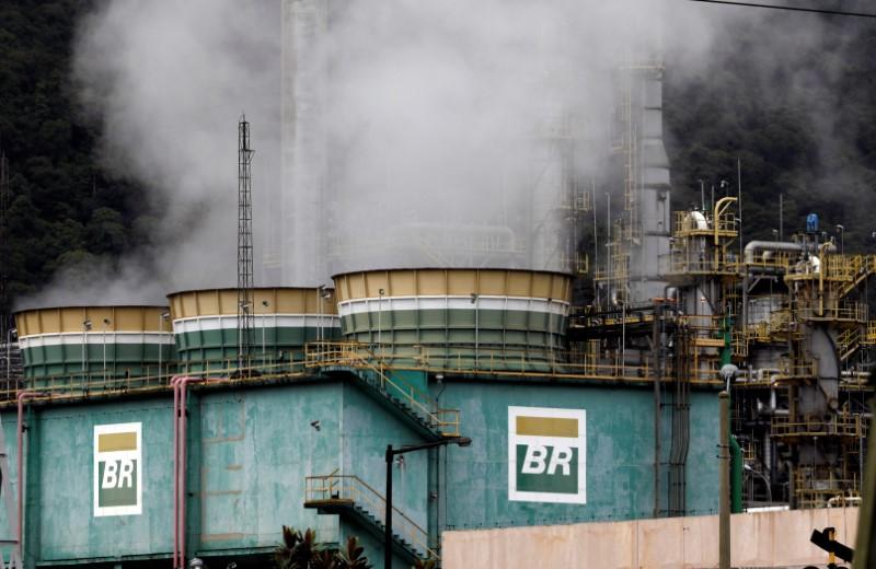 © Reuters. Tanques da Petrobras em Cubatao, Brasil