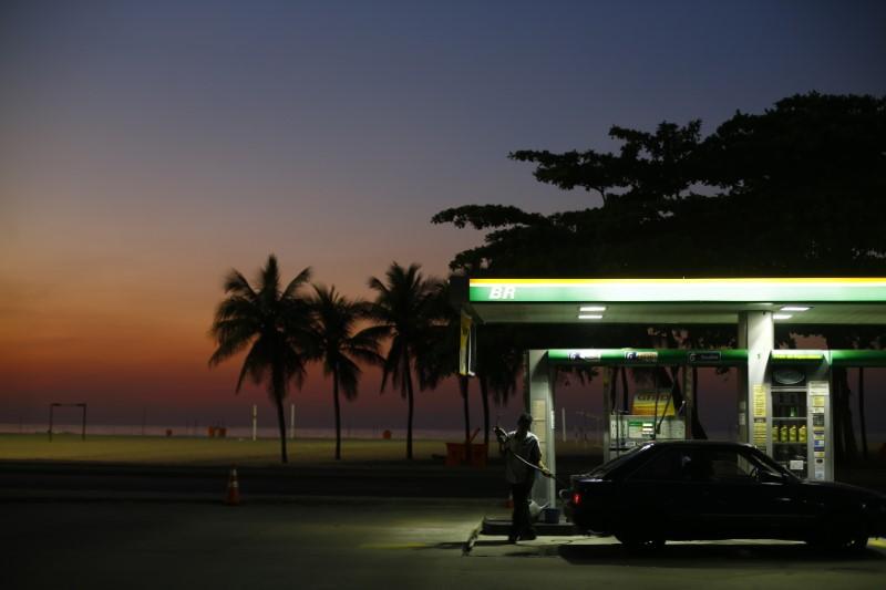 © Reuters. Frentista se prepara para abastecer carro em posto de gasolina na praia de Copacaban, Rio de Janeiro, Brasil