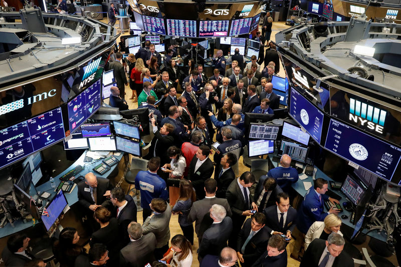 © Reuters. Traders and guests gather for the IPO of PermRock Royalty Trust on the floor of the NYSE in New York