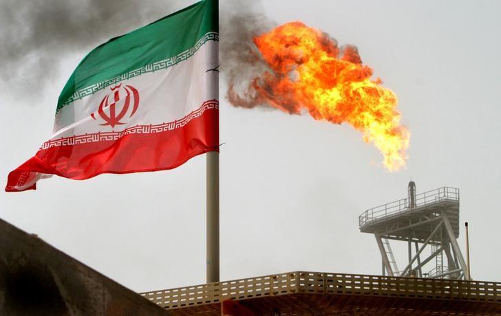 © Reuters. Bandeira do Irã em plataforma de produção de petróleo no Golfo Pérsico