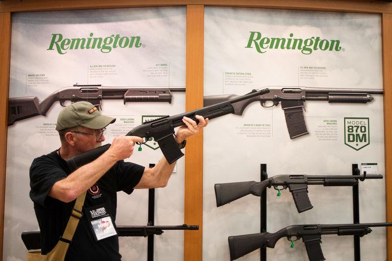 © Reuters. A man aims a Remington firearm at the annual NRA meeting in Dallas, Texas