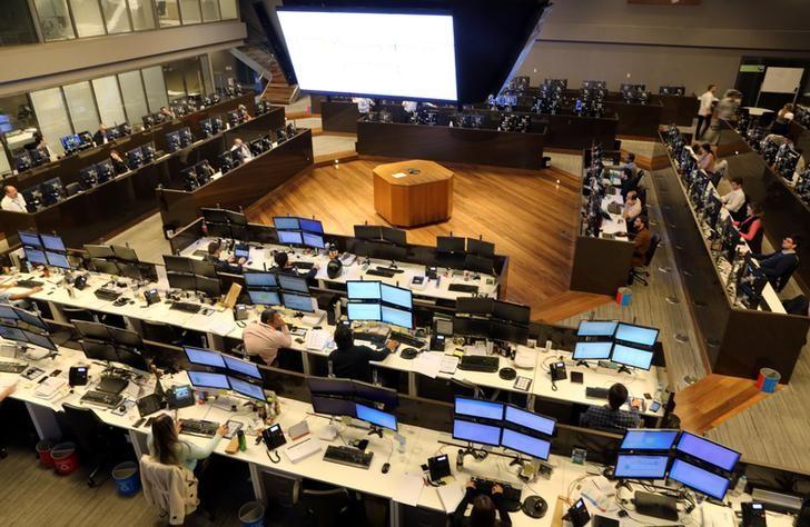 © Reuters. Operadores durante sessão na Bovespa, no centro de São Paulo