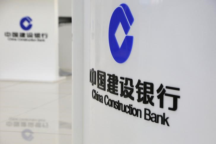 © Reuters. FILE PHOTO -  Logos of China Construction Bank are seen at a branch in Beijing