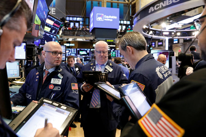 © Reuters. FILE PHOTO: Traders work on the floor of the NYSE in New York