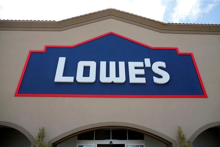 © Reuters. FILE PHOTO: A Lowe's hardware story is show in Carlsbad, California