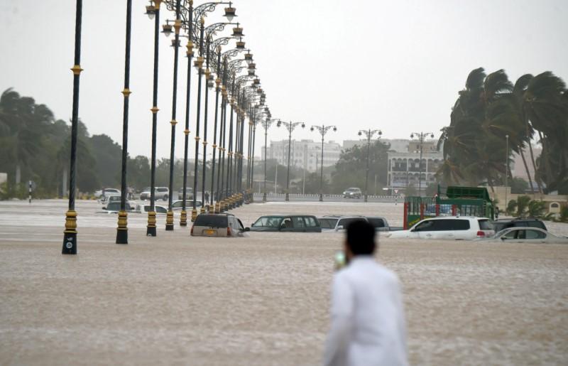 الإعصار يتسبب في توقف محطة مياه سيمبكورب صلالة في عمان