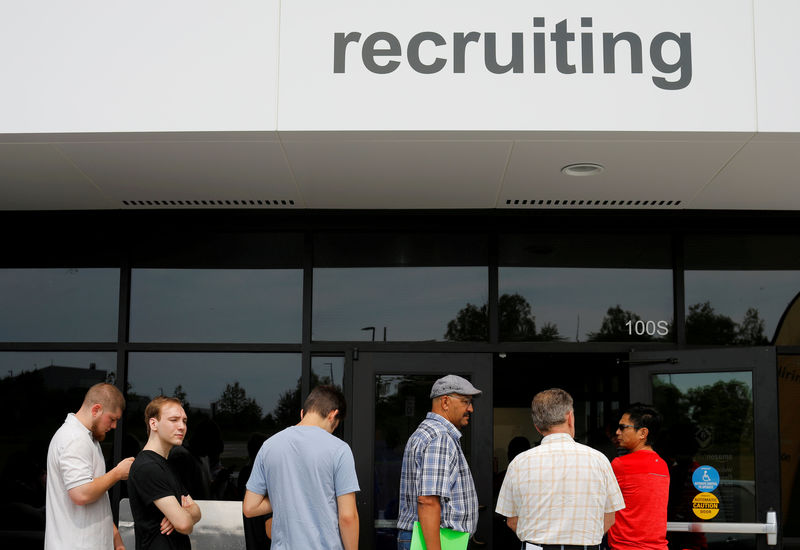 © Reuters. FILE PHOTO: Job seekers line up to apply during