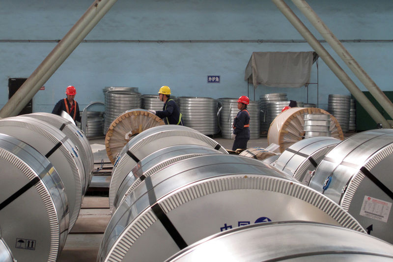 © Reuters. FILE PHOTO: Workers pack cold rolled steel coil at a steel company in Zhangjiagang