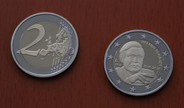 © Reuters. Presentation of a new 2 Euro commemorative coin in honour of former German Chancellor Helmut Schmidt