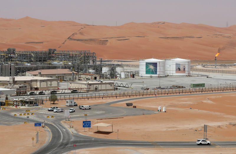 © Reuters. FILE PHOTO: View of the production facility at Saudi Aramco's Shaybah oilfield in the Empty Quarter