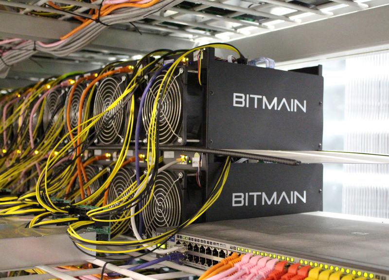 © Reuters. Оборудование для майнинга биткоинов на