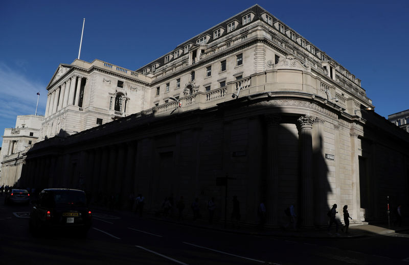 © Reuters. People walk past the Bank of England in London