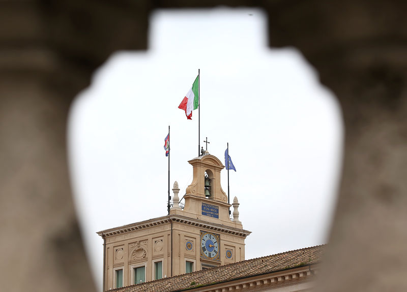 © Reuters. The Italian flag flutters at the Quirinal Palace during the two-day talks on government formation, after March national elections, in Rome