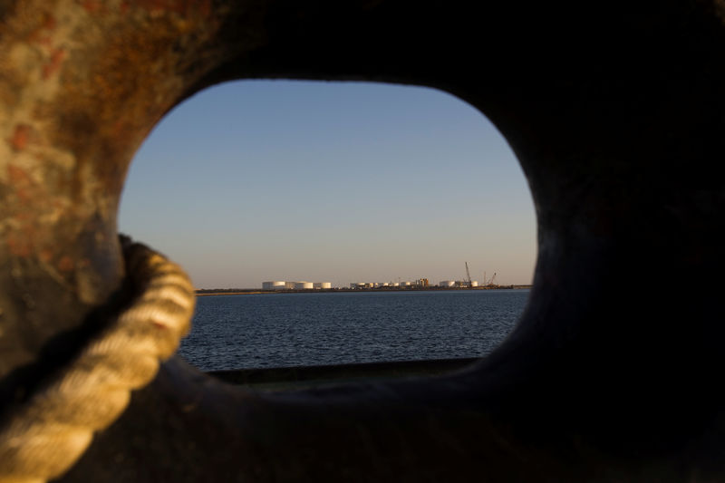 © Reuters. FILE PHOTO: A general view of an oil dock is seen from a ship at the port of Kalantari in the city of Chabahar