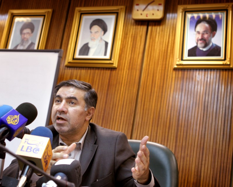© Reuters. FILE PHOTO:  Iran's OPEC Governor Kazempour speaks to journalists at a news conference in Tehran.