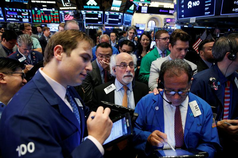 © Reuters. وول ستريت تفتح مرتفعة قليلا مع انحسار مخاوف الحرب التجارية