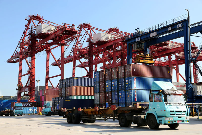 © Reuters. Shipping containers are seen at a port in Lianyungang