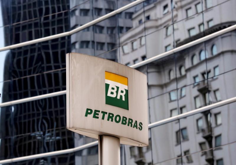 © Reuters. Logo da Petrobras em frente a prédio da empresa em São Paulo