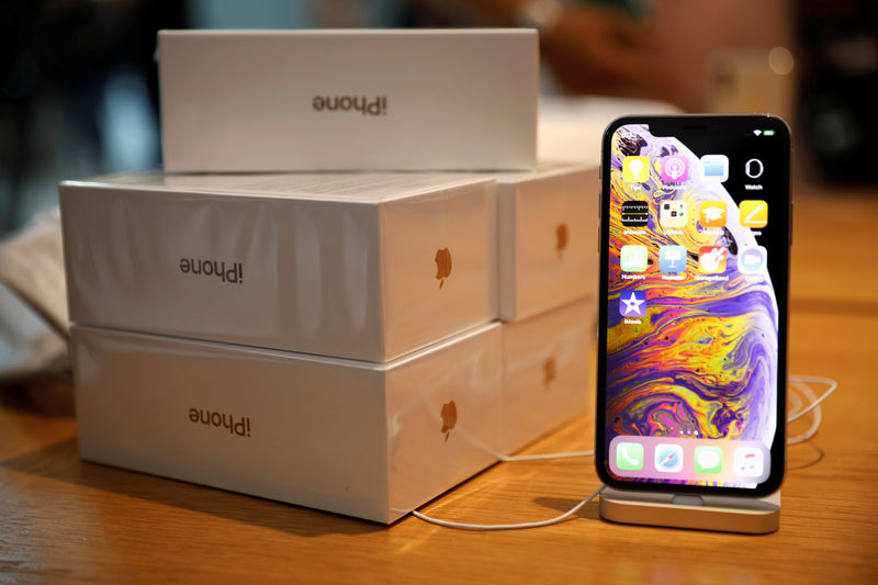 © Reuters. Boxes of iPhones purchased by customers are pictured next to an iPhone XS on display at the Apple Store in Singapore