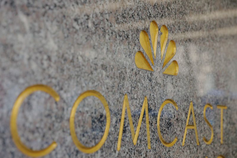 © Reuters. FILE PHOTO: The NBC and Comcast logos are displayed on 30 Rockefeller Plaza in midtown Manhattan in New York
