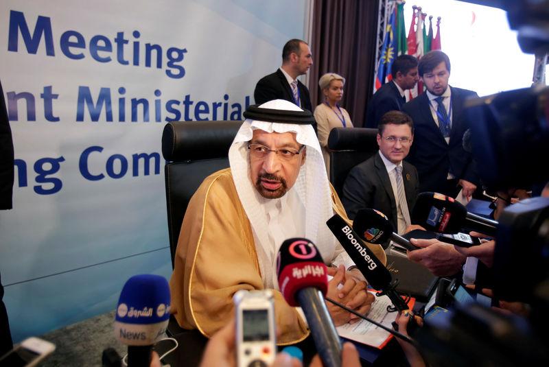 © Reuters. Saudi Arabian Energy Minister Khalid al-Falih talks to reporters at the OPEC Ministerial Monitoring Committee in Algiers