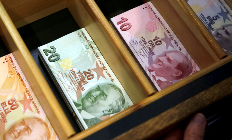 © Reuters. FILE PHOTO: Turkish lira banknotes are pictured at a currency exchange office in Istanbul