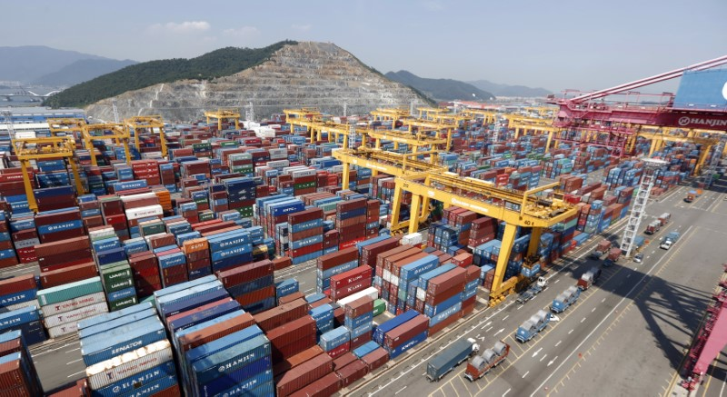 © Reuters. FILE PHOTO: Hanjin Shipping's container terminal is seen at the Busan New Port in Busan