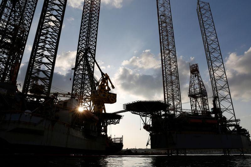 © Reuters. Нефтяные платформы Atwood Aurora и Atwood Beacon в городе Бормла