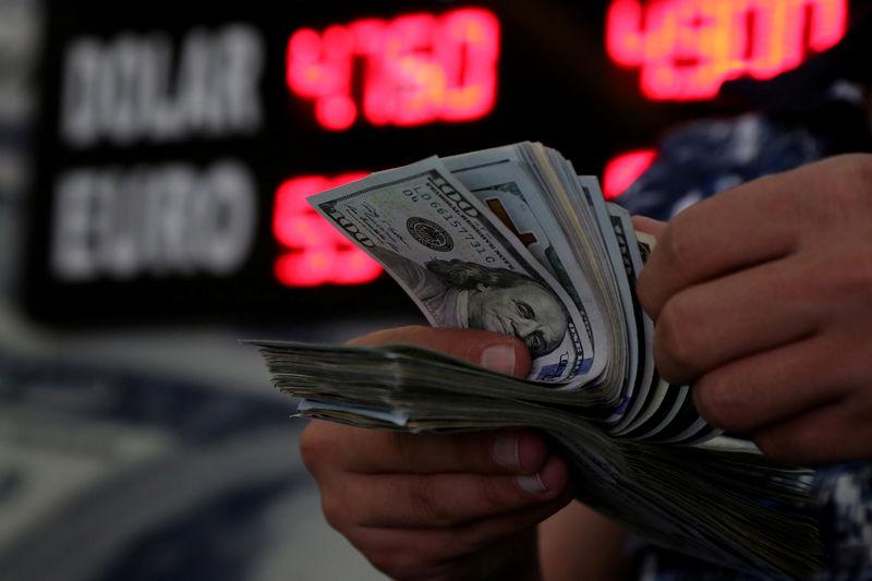 © Reuters. Сотрудник обменного пункта пересчитывает долларовые купюры в городе Диярбакыр на юго-востоке Турции