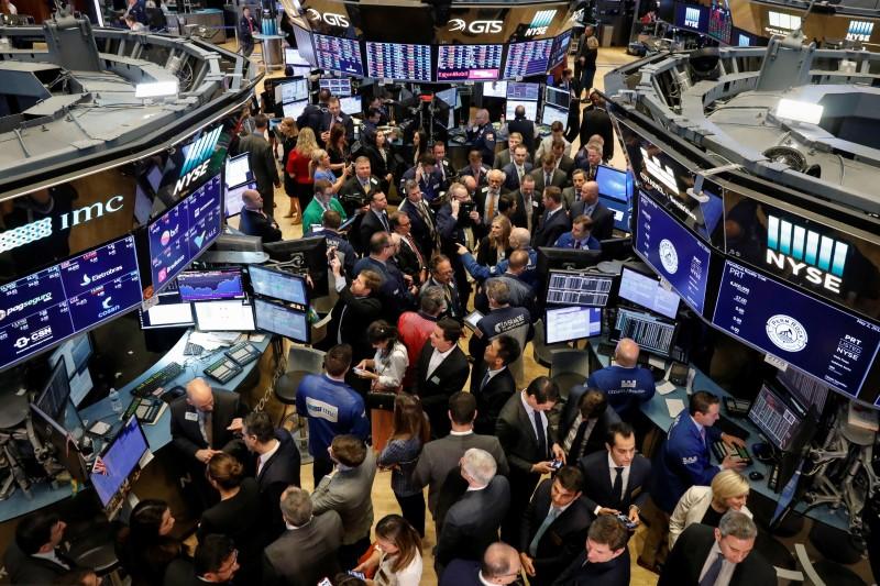 Dow sobe para nova máxima, mas Facebook pesa sobre S&P e Nasdaq