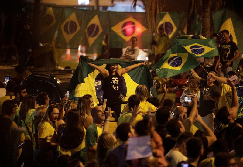 © Reuters. Apoiadores do candidato à Presidência Jair Bolsonaro (PSL) reagem em manifestação no Rio de Janeiro
