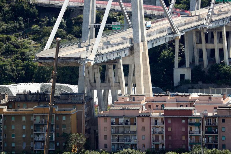 © Reuters. FILE PHOTO: The collapsed Morandi Bridge is seen in the port city of Genoa