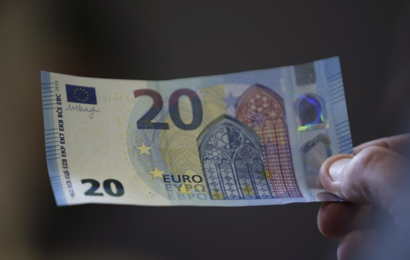 © Reuters. A new 20 Euro banknote is presented at the Austrian national bank in Vienna