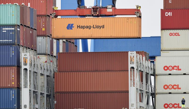 © Reuters. A Hapag Lloyd container is loaded on a ship at the shipping terminal Altenwerder in the harbour of Hamburg