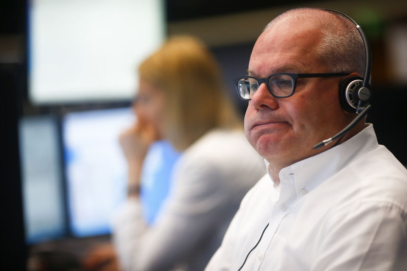 © Reuters. A trader reacts at his desk at the Frankfurt stock exchange