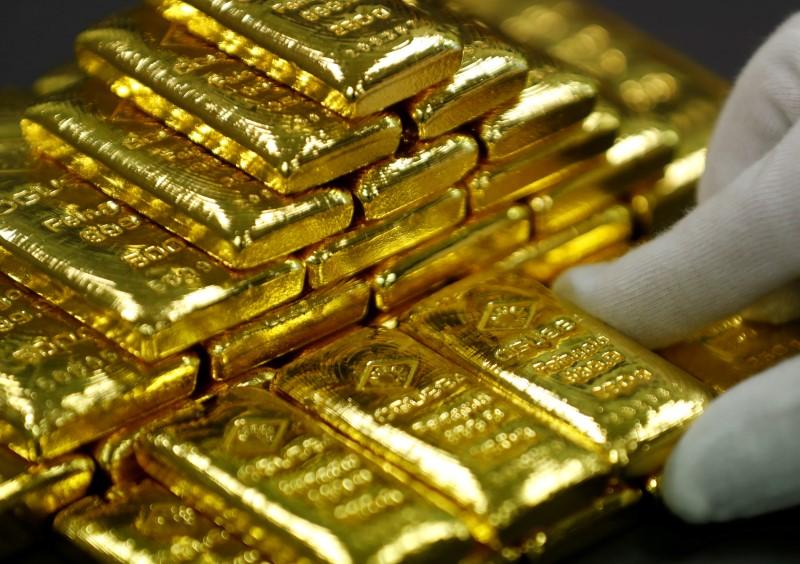© Reuters. الذهب يصعد بفعل خسائر الأسهم والدولار