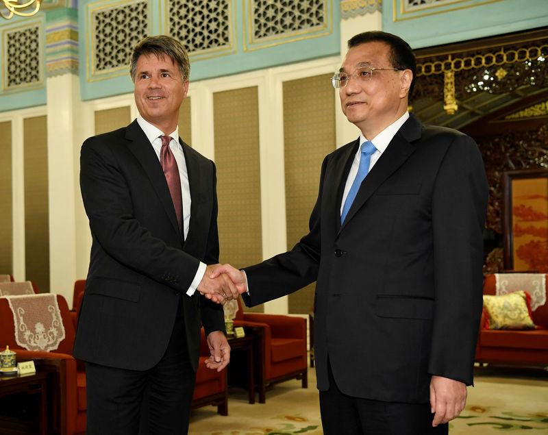 © Reuters. Глава BMW Харальд Крюгер и премьер Госсовета КНР Ли Кэцян на встрече в Пекине