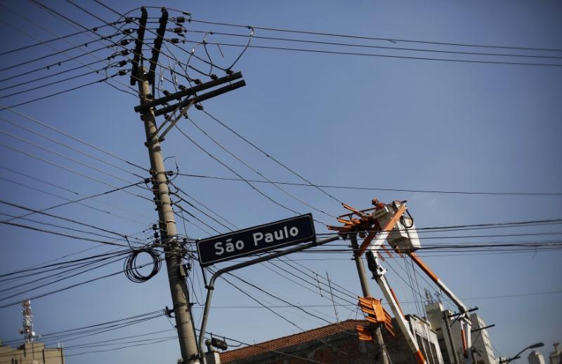 © Reuters. Técnico da Eletropaulo trabalha no centro de São Paulo