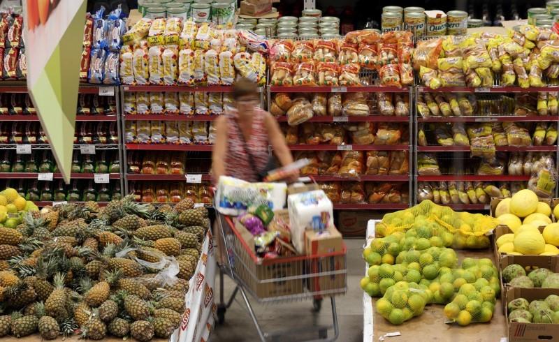 © Reuters. Consumidora faz compras em mercado em São Paulo