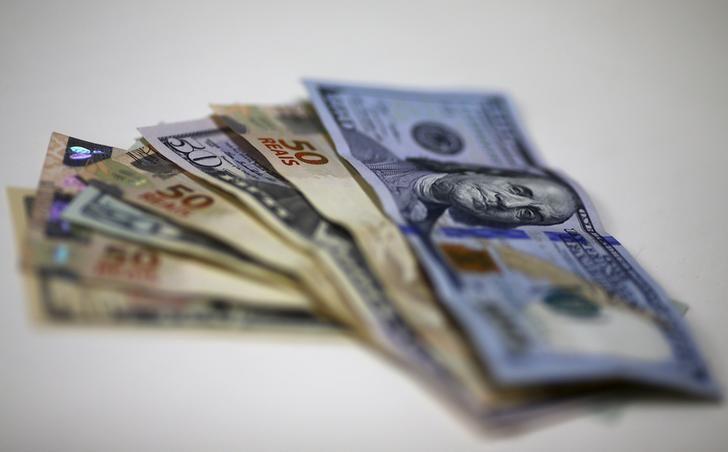 © Reuters. Imagem ilustrativa de notas de real e dólar em casa de câmbio no Rio de Janeiro