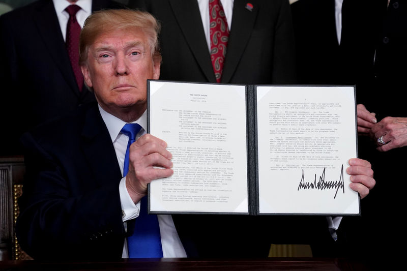 © Reuters. FILE PHOTO: FILE PHOTO: Trump announces intellectual property tariffs on goods from China, at the White House in Washington